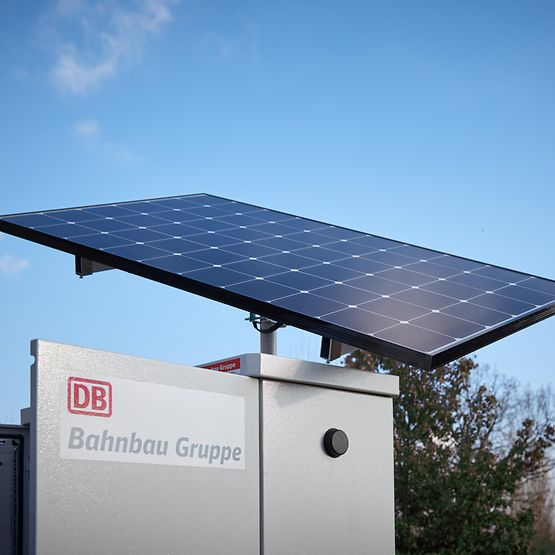 Off-Grid Box. Box mit Photovoltaik-Platte